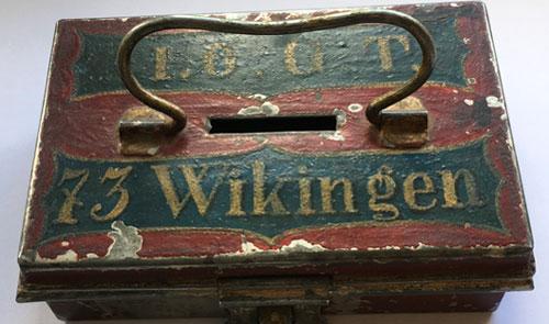 Gammalt kassaskrin med ovanpå I.O.G.T. 73 Wikingen